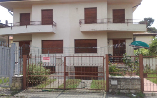 Villetta bifamiliare da ristrutturare in vendita a Marina di Pietrasanta Cod 1167