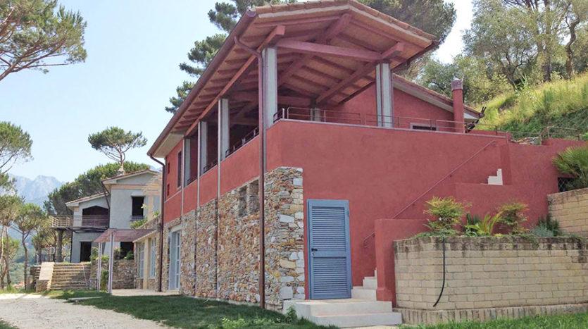 Complesso immobiliare formato da due ville vista mare in vendita sulla primissima collina alle spalle di Forte dei Marmi Cod1474